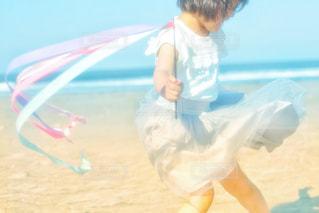 浜辺で踊っている子どもの写真・画像素材[2345569]