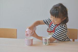 1人,モデル,飲み物,屋内,木,ピンク,かわいい,ボーダー,部屋,室内,女の子,人物,人,マグカップ,5歳,エプロン,タンブラー,アンバサダー,水筒,タケヤ,タケヤフラスク,タケヤフラスクトラベラー