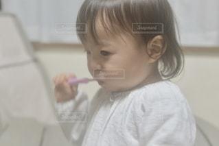 歯を磨く小さな女の子の写真・画像素材[2440447]
