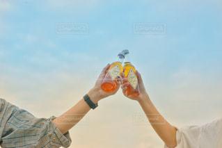 モデル,自然,空,屋外,ジュース,青空,晴天,青,グラス,りんご,キャンプ,ブルー,乾杯,ドリンク,炭酸,イメージ,リンゴ,シードル,りんごジュース