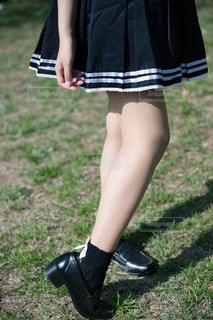 草の中に立っている少女の写真・画像素材[1810840]