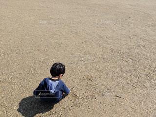 後ろ姿,地面,砂遊び,1歳,落書き,お絵かき