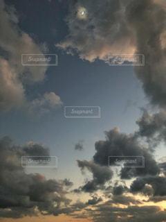 それから出てくる煙と空の雲の写真・画像素材[1873653]