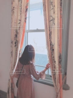 窓際に立つ女性の写真・画像素材[2174501]