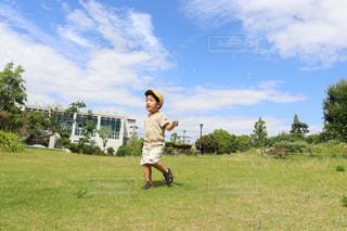 草原でしゃぼん玉を楽しむ男の子の写真・画像素材[2260015]