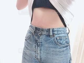 女性,屋内,Tシャツ,腹,デニム,ダイエット,お腹,スタイル,ボディパーツ,上半身,くびれ,ウエスト,健康管理,減量,脂肪,体重管理