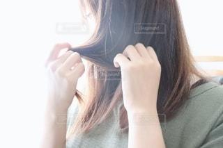 髪を触る女性の写真・画像素材[2281306]