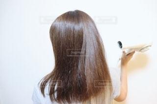 髪を磨く女性の写真・画像素材[2281856]