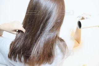 髪を乾かす女性の写真・画像素材[2281866]