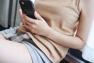 携帯電話を使う人の写真・画像素材[2283908]