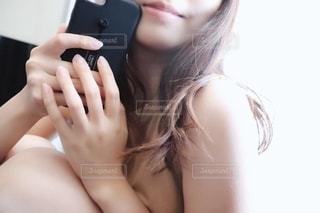 携帯を持つ女性の写真・画像素材[2284356]