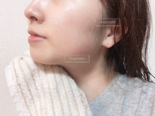 すっぴん肌の女性の写真・画像素材[2300660]