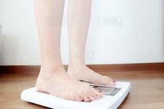 体重計に乗る女性の写真・画像素材[2313237]