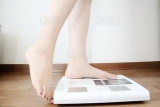 体重計に乗る女性の写真・画像素材[2313239]