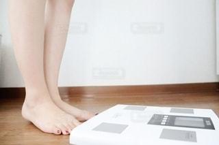 女性の足元の写真・画像素材[2313243]