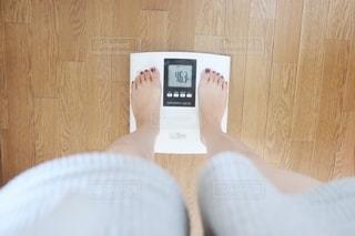体重計に乗っている人の写真・画像素材[2313261]