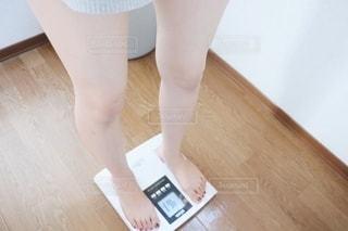 体重計に乗っている人の写真・画像素材[2313285]