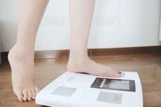 体重をはかる女性の写真・画像素材[2313288]