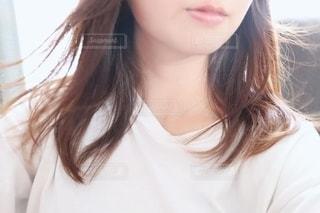 白いシャツを着た女性の写真・画像素材[2313638]