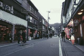 街の通りを歩いている人々のグループの写真・画像素材[2906412]