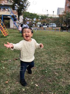 草の中に立っている小さな男の子の写真・画像素材[2911680]