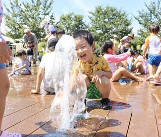 水遊びする男の子の写真・画像素材[2955035]