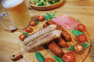 木製のテーブルの上に食べ物の皿の写真・画像素材[3214637]