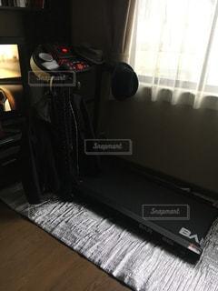 部屋にノート パソコンをデスクの写真・画像素材[1814869]