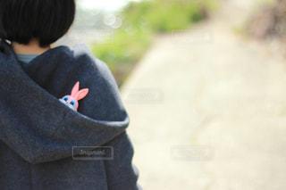 女性,うさぎ,屋外,ピンク,晴れ,後ろ姿,女子,子供,フード,洋服,人物,背中,人,人形,パーカー