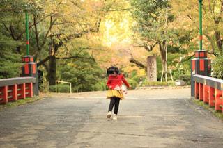 道の脇でスケートボードに乗っている若い少年の写真・画像素材[2174714]