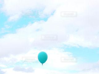 空に大きな風船の写真・画像素材[2436372]