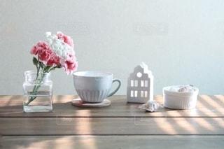 テーブルの上の花瓶の写真・画像素材[2777622]
