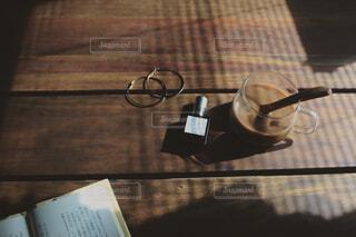カフェ,コーヒー,屋内,ガラス,テーブル,リラックス,おうちカフェ,ドリンク,木目,おうち,ライフスタイル,テキスト,メガネ,おうち時間