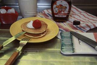 キッチンで時短カフェタイム !パンケーキにホイップと苺の写真・画像素材[4330499]
