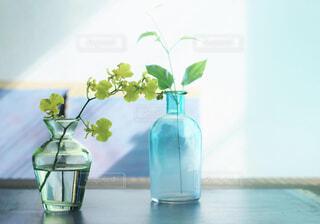 テーブルの上の花と花瓶の写真・画像素材[4418586]