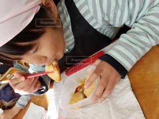 きなこもちを食べる女の子の写真・画像素材[1825057]