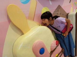 大きなアイスを食べる女の子の写真・画像素材[1825088]