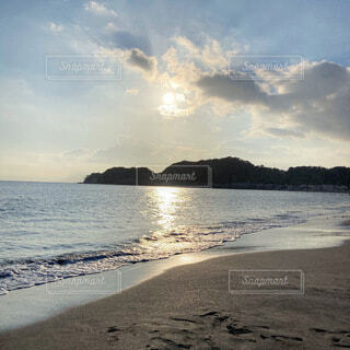 海に反射する太陽の写真・画像素材[4838557]