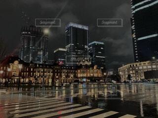 雨の日の東京駅と反射する夜景の写真・画像素材[4941195]