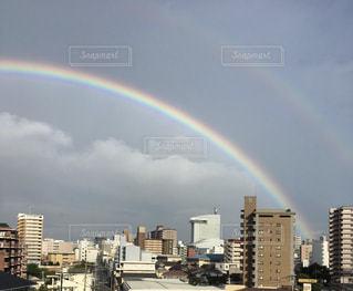 自然,空,建物,ビル,屋外,虹,曇り,思い出,カラー,色,七色,2つ,多彩,にじ,多色