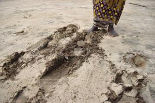 砂の中に立っている人の写真・画像素材[1823784]