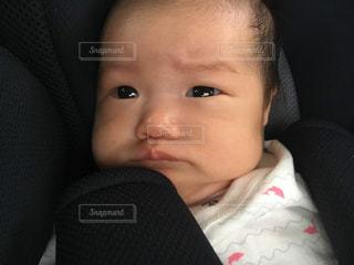 泣きそうな赤ちゃんの顔のアップの写真・画像素材[1822831]