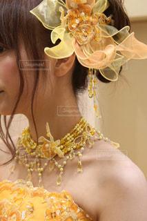 カラードレスを着ている女性の写真・画像素材[1825755]