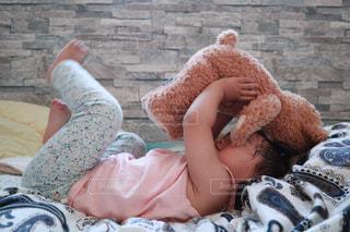 くまの赤ちゃん高い高い♩の写真・画像素材[1828803]