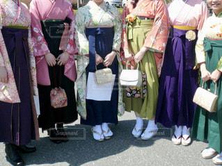 卒業式で友人との写真・画像素材[1868116]