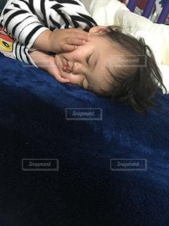 子どもの昼寝の写真・画像素材[2070610]
