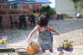 女の子の水遊びの写真・画像素材[2122050]