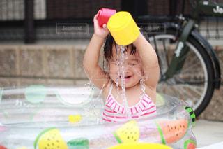 ビニールプールで遊ぶ子どもの写真・画像素材[2126551]