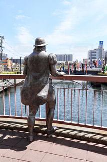 男性,空,橋,屋外,大阪,後ろ姿,川,景色,観光,人物,背中,鯉のぼり,人,後姿,銅像,像,5月,彫刻,名所,堺,彫像,南大阪,南蛮人,ポルトガル人
