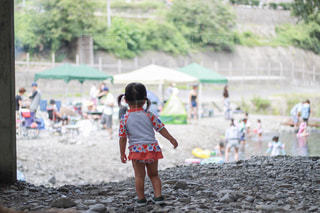 これから泳ぎにいく少女の写真・画像素材[2130963]